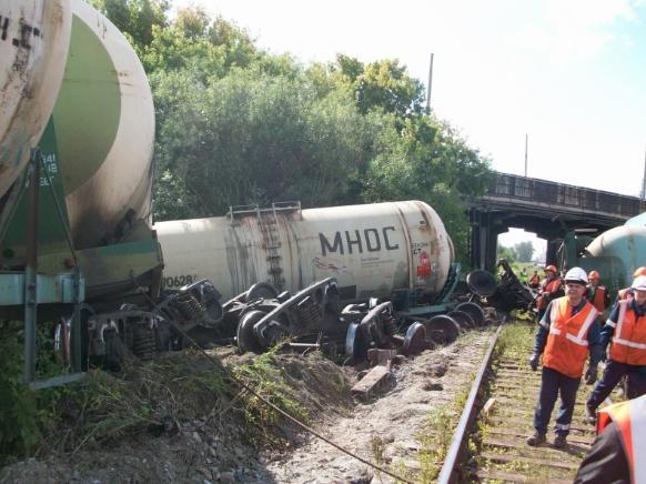 Вагоны-цистерны лежат возле железной дороги